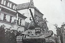 Rudá armáda v květnu roku 1945 v Benešově. Tank na náměstí přijel z Vlašimské ulice.