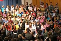 Ilustrační foto: OA Neveklov. Setkávání studentů a žáků neveklovské školy se odehrává v prostorné aule
