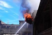 Z požáru transformátoru v Týnci nad Sázavou 9. května 2021.
