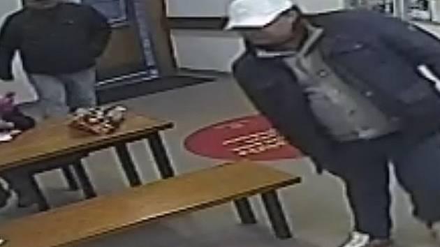 Snědí muži podezřelí z okradení votické poštovní úřednice.