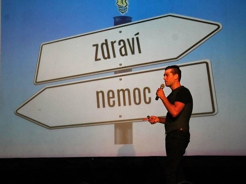 Z přednášky lékaře Jana Vojáčka v kině ve Voticích.