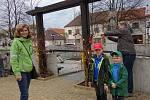 Mateřské centrum Kulíšek z Bystřice uspořádalo tradiční akci v ulicích města. Děti i rodiče mohli společně s kuřaty i zajíčky putovat a plnit zajímavé úkoly.