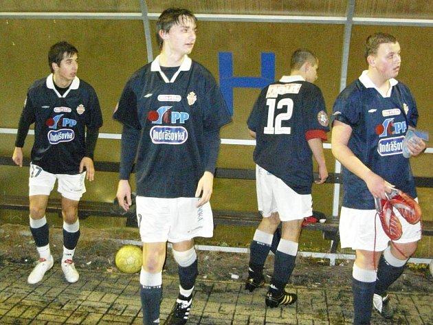 Votičtí hráči (zleva Šedivý, Homolka, Bauer a Bradáč) po skončení remízového zápasu s béčkem Benešova.