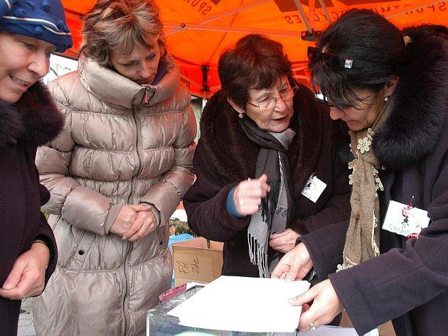 Dárek vybranému dítěti poskytla tradičně také Daniela Bendová (vlevo), která na snímku hovoří s organizátorkami.