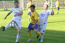 V obklíčení milevských hráčů Jana Málka (vlevo) a Štěpána Kuchaře se ocitl benešovský záložník Pavel Borkovec, jenž měl doslova a do písmene prsty v prvním domácím gólu.
