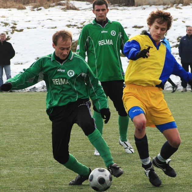 V dopoledním zápase přišel benešovský Tomáš Moravec (ve žlutomodrém) pozdě do souboje s hráčem Nového Knína.