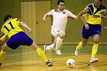 Nejlepší hráč Andy Liberec M. Makula (u míče) vstřelil tři góly, což ale na Arsenal nestačilo. V tuto chvíli pronikal mezi Martinem Mrhou (vpravo) a Pavlem Šimáčkem.