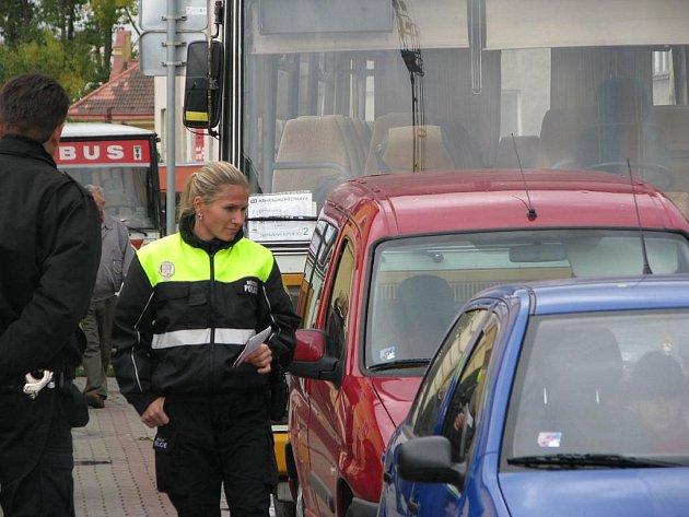 Neukáznění řidiči osobních aut blokují před benešovským nádražím místa pro autobusy.