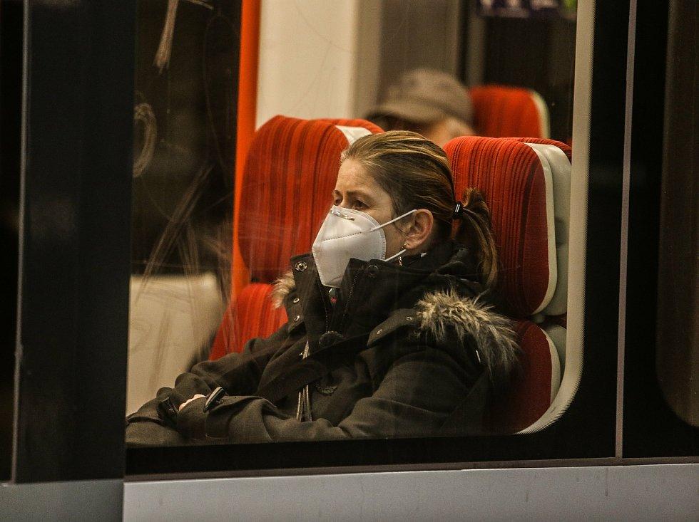 Povinné nošení respirátorů FFP2 na veřejných místech či v obchodech. Ilustrační foto.