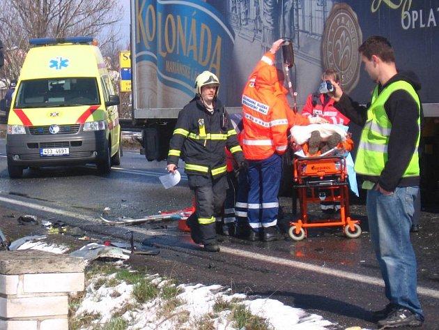Jednoho těžce zraněného transportoval v 12.14 vrtulník záchranné služby do pražské nemocnice