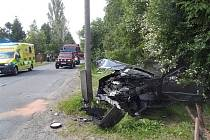 Vozidlo ve Svojeticích narazilo do stromu a vrat.