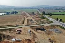Jak vypadá stavba obchvatu Olbramovic z výšky. Stavba přeložky silnice I/3 zvěčněná z nadhledu.