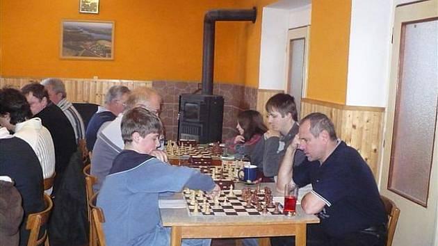 Momentka z utkání Regionálního přeboru Dolní Kralovice - Neveklov. Domácí zvítězili 6:2 a udrželi se na prvním místě před dotírající Vlašimí B.