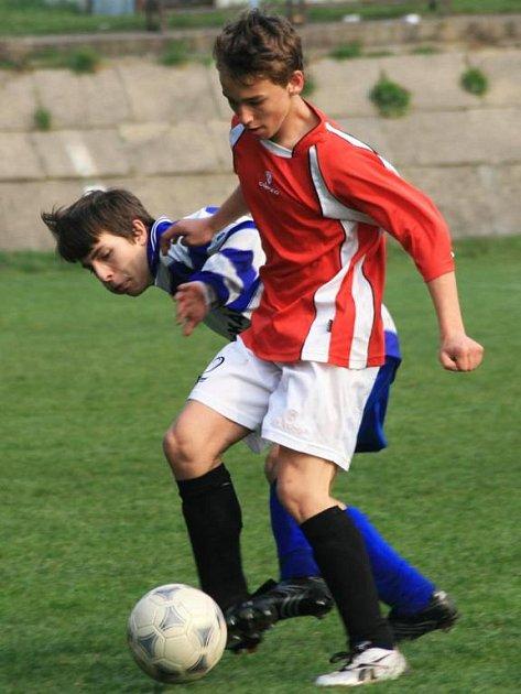 REMÍZA. Benešovský Martin Chrpa se snaží vypíchnout míč mezi nohama v remízovém utkání mladších žáků týneckému Jakubu Kroupovi