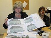 Dočasné azylové ubytování v benešovských bývalých Táborských kasárnách. Místostarostka Nataša Bruková s plánky nového azylového domu.