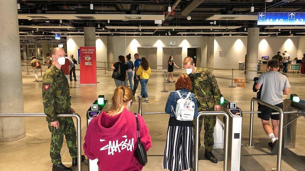 Středočeské uniformy pomáhají kočírovat očkování v národním centru v Praze.