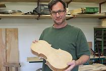 Andrew Pitts se stavbě kontrabasů věnuje bezmála dvě desítky let.