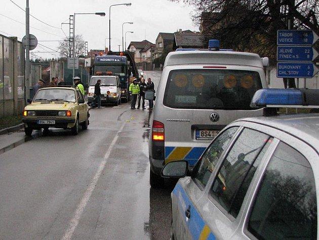 Osobní auto Škoda srazilo ve středu 4. ledna ráno u přechodu v Hodějovského ulici přecházející ženu.