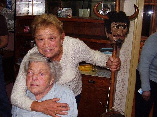 Hostinská Maruška Dlesková (dole) se loučila se svojí oblíbenou hospůdkou v kruhu kamarádů a přátel