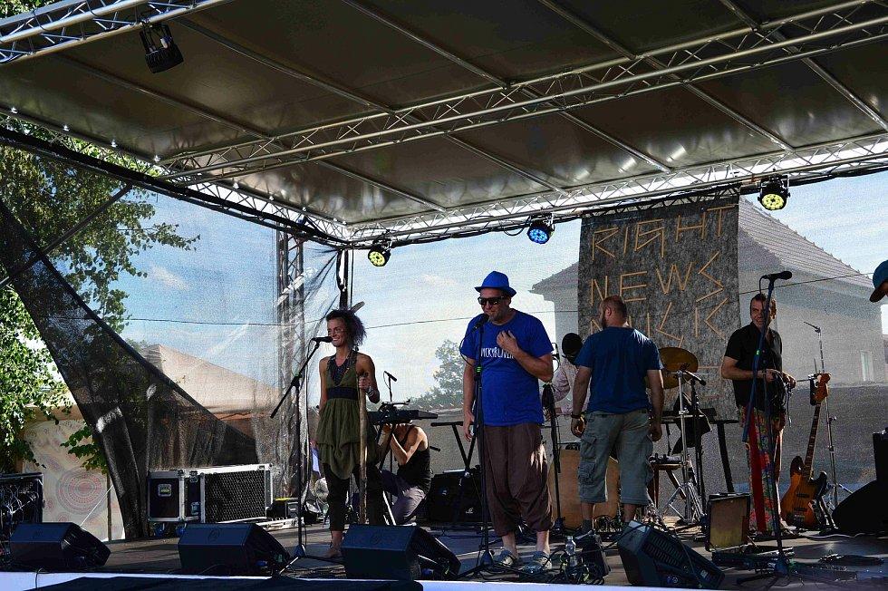Z reggae festivalu na louňovickém zámku.