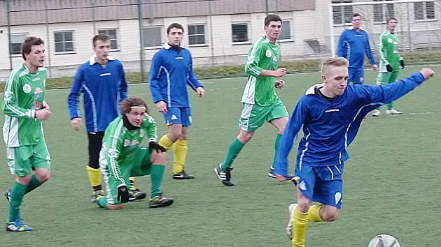Dorostenec Pavel Breburda (u míče) připravil oba góly benešovského béčka se Sedlčany.
