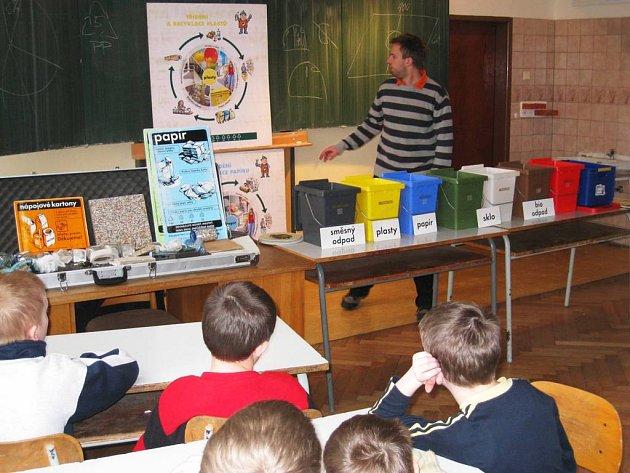 Přednášející (pro děti to byl Tonda Obal) poučoval děti o správném třídění odpadu