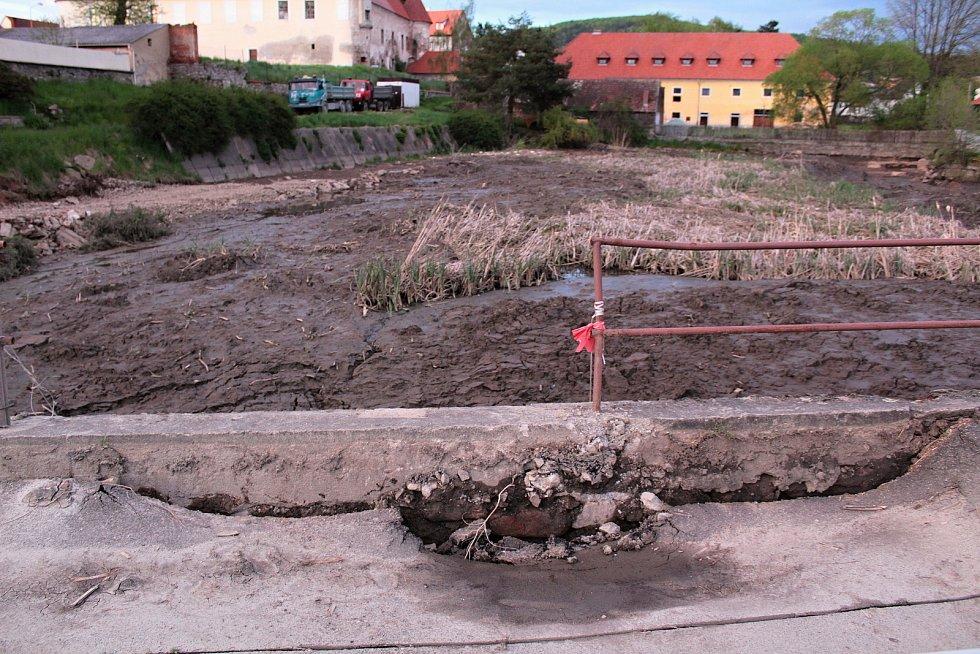 Pivovarský rybník v Louňovicích pod Blaníkem během rekonstrukce.