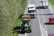 Na hlavní silnici I/3 u Bystřice byl mezi 9. a 11. hodinou běžný provoz, který je už tak zpomalený vozidly stavby koridoru.