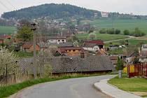 Pavlovice u Vlašimi, v popředí, leží na dohled od Rehabilitačního ústavu Kladruby.