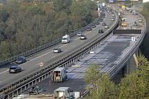 Dálnice D3 má mít v Posázaví řadu podobných mostů. Ten na snímku je ale na D1 u Velkého Meziříčí.
