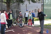 Děti čtvrtých a pátých tříd si při příležitosti soutěže Den s Ajaxem vyzkoušely jízdu na kole