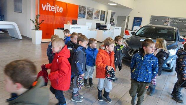 Děti z mračské mateřinky MiniSvět na návštěvě autosalonu v Benešově