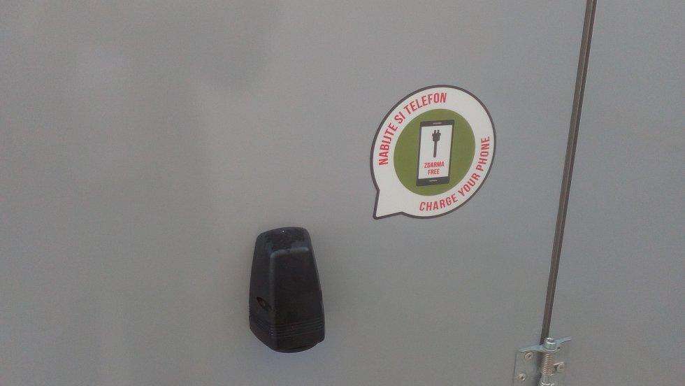 Mobilní, chytrá toaleta ve výklenku u KIC Benešov na Masarykově náměstí.