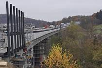 Práce na dálničním mostě u Hvězdonic.