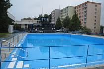 Z areálu bazénu v Dukelské ulici zmizely neudržované keře a stromy.