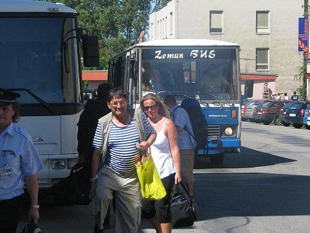 Přestup stovek cestujících je náročný nejen pro ně, ale i pro železničáře, autobusáky i ostatní řidiče.