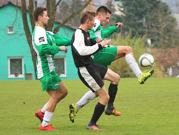 Olbramovičtí Tomáš Horčička (vlevo) a Marek Hrstka měli v tomto souboji s Jindřichem Ždychem převahu. V utkání s Jankovem se však museli smířit s porážkou 2:4.