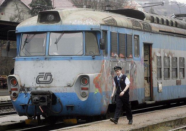 Vlaky se zastavily, pracující i studenti spěchající za povinnostmi jsou v těžké situaci.