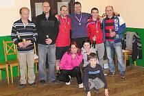 Společná fotka oceněných na turnaji stolního tenisu v Ostředku.