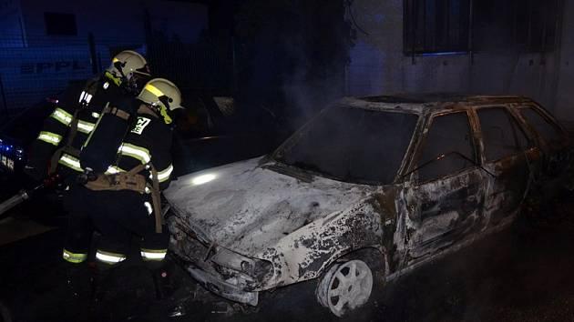Požár aut na parkovišti se rozšířil i na ubytovnu a do ní.