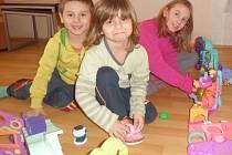 Hračky, i když starší udělaly dětem velkou radost.