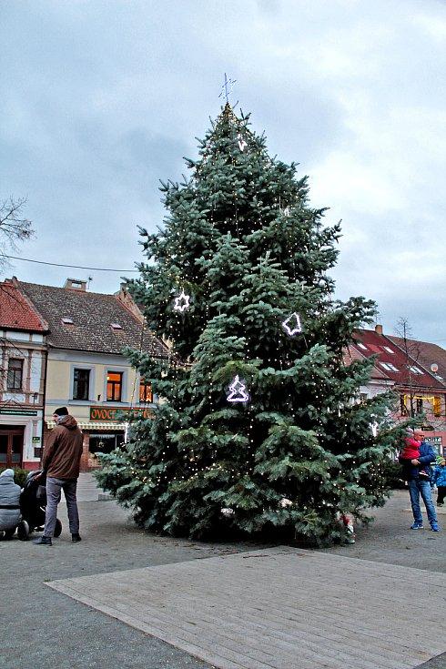 Vánoční výzdoba na benešovském Masarykově náměstí.