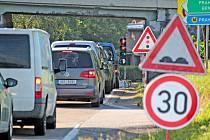 Dopravní situace na silnici II/106 v Máchově ulici v Benešově v úterý 15. června 2021 dopoledne.