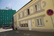 Práce při instalaci chemické hydroizolace na budově kina v Poštovní ulici v Benešově.