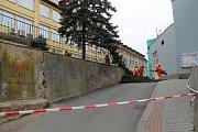 Kácení smrků v benešovské Poštovní ulici.