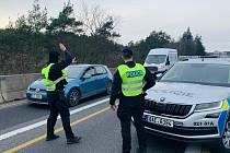 Policisté na D1 ve směru z Prahy zastavili vozidlo převážející bagr, který byl odcizen ve Velké Británii.