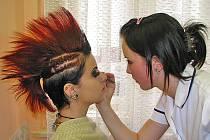 Školní soutěž kosmetiček s tématem Žijeme punkem.