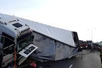 Dopravní nehoda dodávky a kamionu na Pražském okruhu u Modletic na Praze-východ.