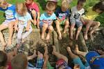 Děti z mateřinky MIniSvět v Mrači mají v létě k dispozici smyslový chodníček.
