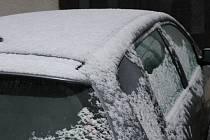 Sněhová nadílka překvapila v pátek ráno nejednoho obyvatele Podblanicka.